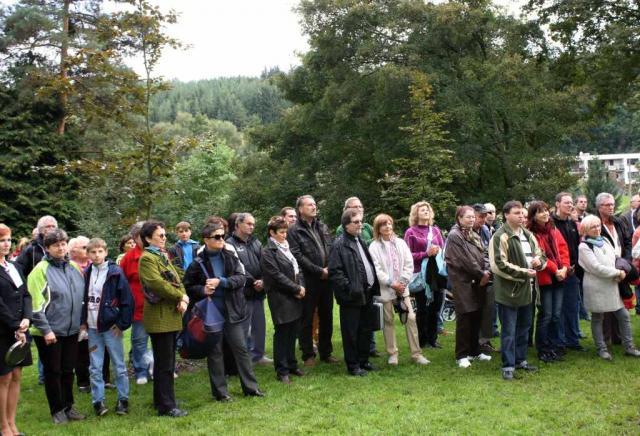 Lesníci, pedagogové a občané Křtin při zahájení slavnosti